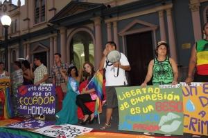 Beso Publico contra el rechazo a la Homofobia y Transfobia el dia 17 de mayo del 2014, evento realizado por Silueta X (60)