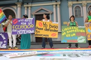 Beso Publico contra el rechazo a la Homofobia y Transfobia el dia 17 de mayo del 2014, evento realizado por Silueta X -Diane Rodriguez (2)