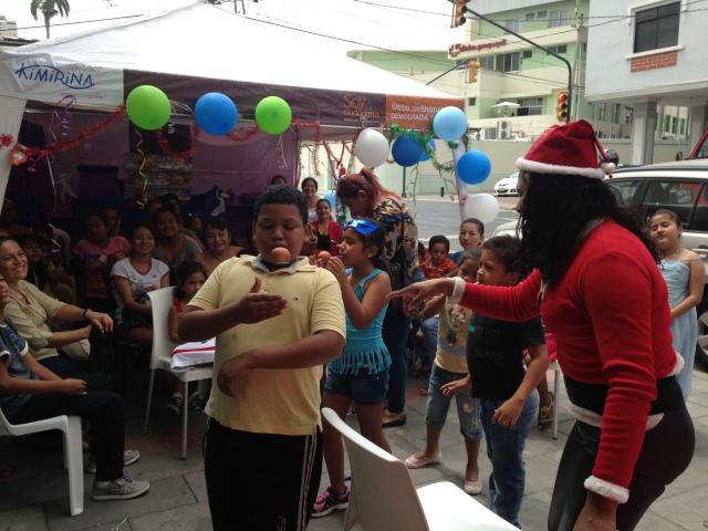Agasajo navideño a niños y niñas por parte de Silueta X 2014 (14)