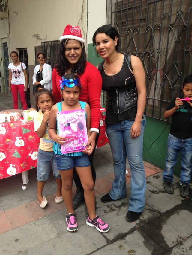 Agasajo navideño a niños y niñas por parte de Silueta X 2014 (23)