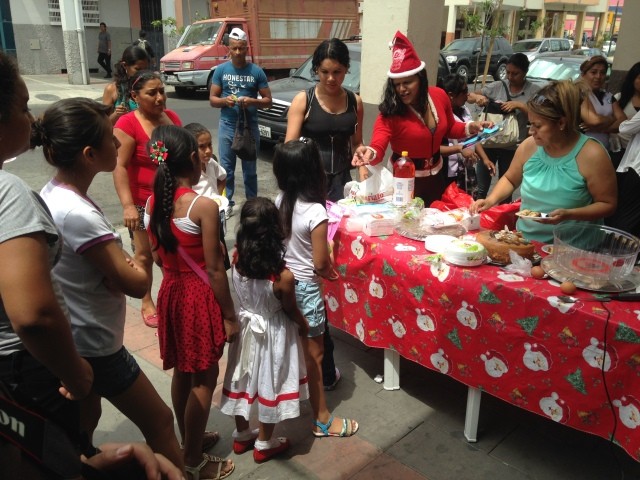Agasajo navideño a niños y niñas por parte de Silueta X 2014 (29)