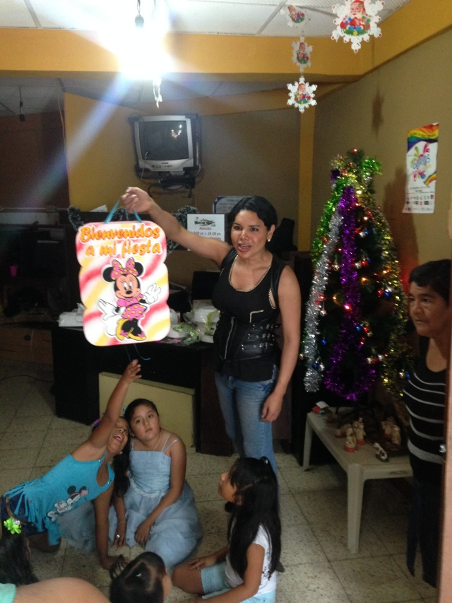 Agasajo navideño a niños y niñas por parte de Silueta X 2014 (3)