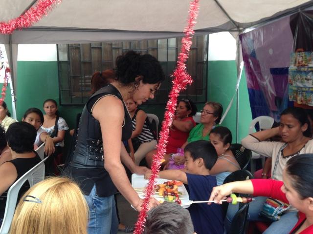 Agasajo navideño a niños y niñas por parte de Silueta X 2014 (30)