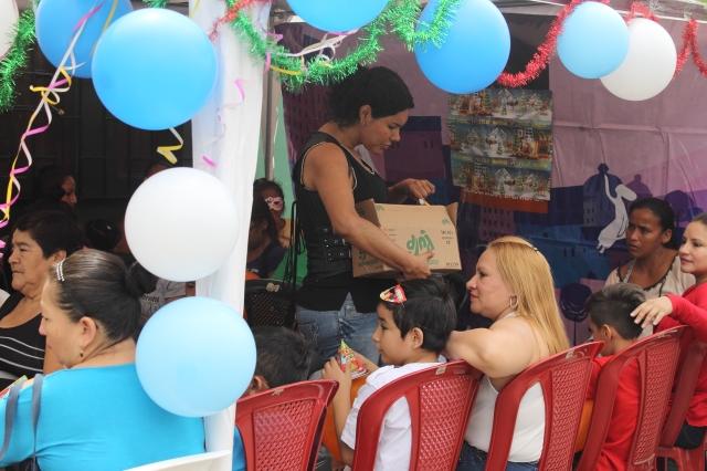 Agasajo navideño a niños y niñas por parte de Silueta X 2014 (36)
