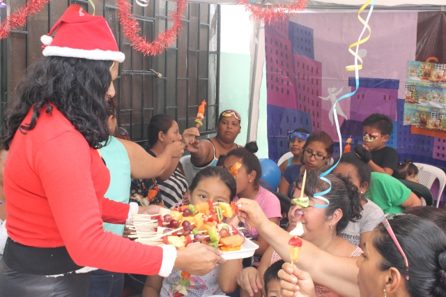 Agasajo navideño a niños y niñas por parte de Silueta X 2014 (53)