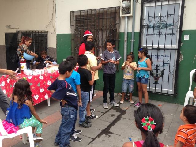 Agasajo navideño a niños y niñas por parte de Silueta X 2014 (7)