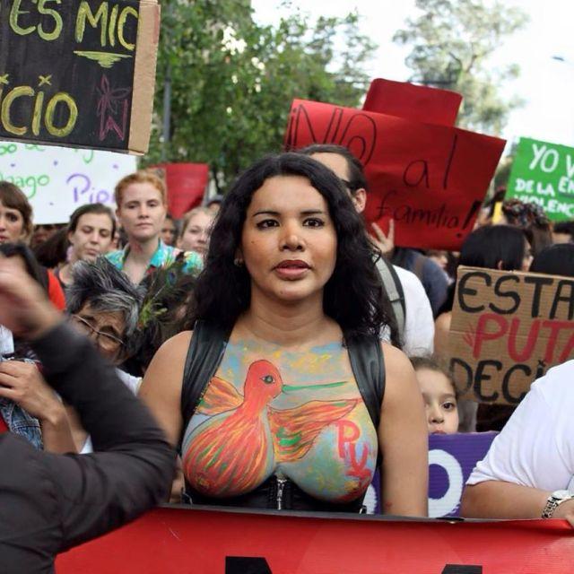 Diane Rodríguez activista transexual y transfeminsita en la Marcha de las Putas Ecuador - copia