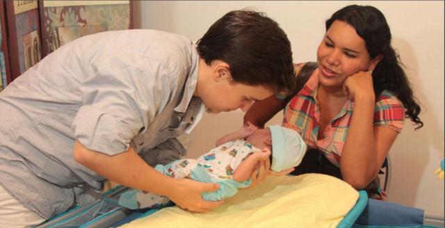 Activistas transexuales Diane Rodriguez y Fernando Machado se convirtieron en padres