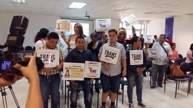 Transexuales logran la sustitución de sexo por genero en la cedula en Ecuador (3)